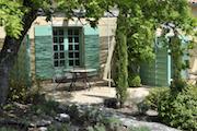 Terrasse privative ombragée par une tonnelle provençale